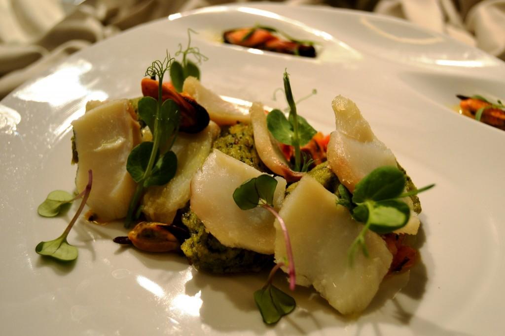 Migas e Lascas de Bacalhau com Salada de Tomate e Mexilhão.