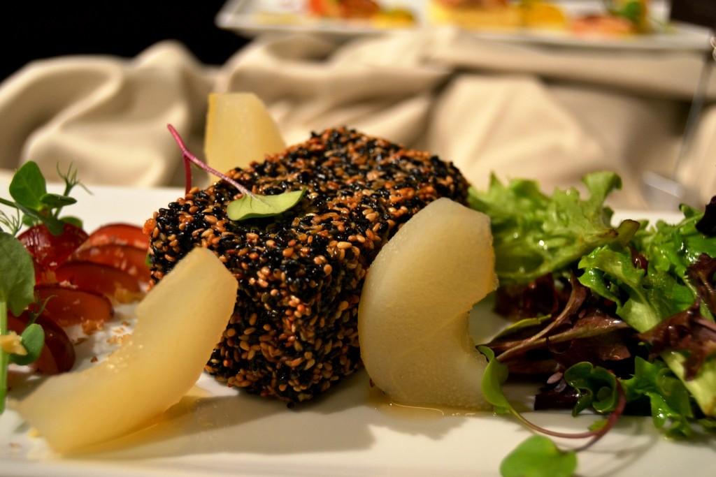 Queijo Brie Panado com Salada de Uvas e Pera Assada