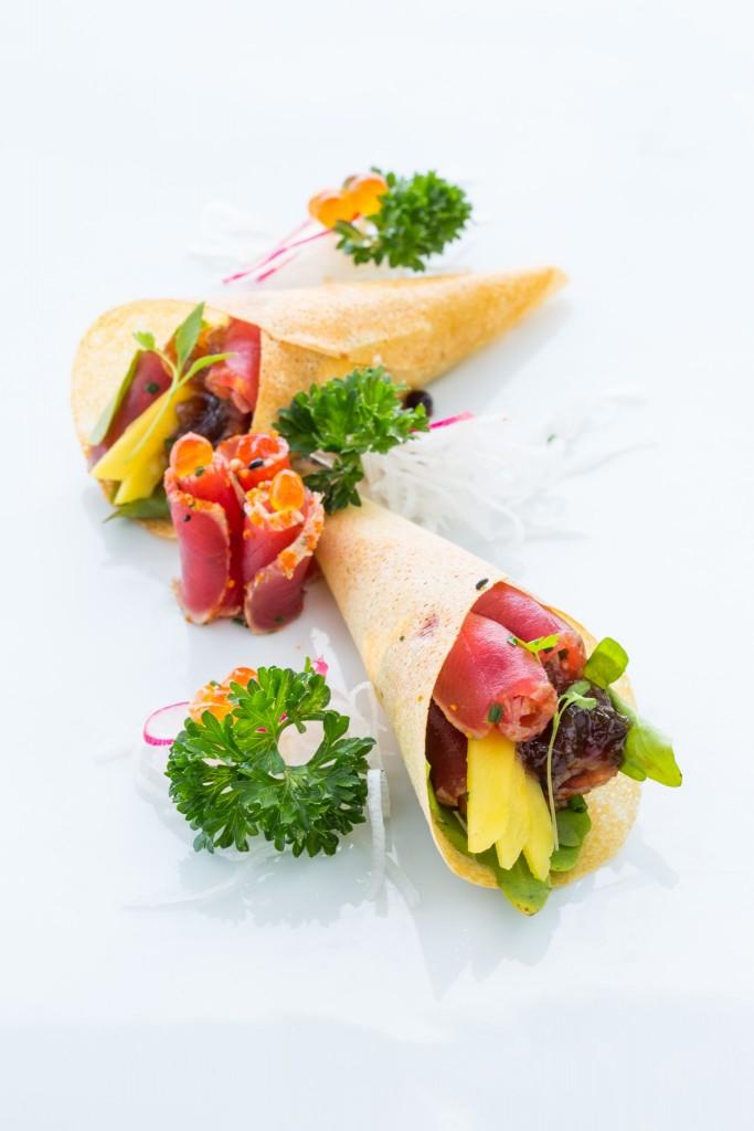 Crocante de tataki de atum com duo de cebolas caramelizada e crocante