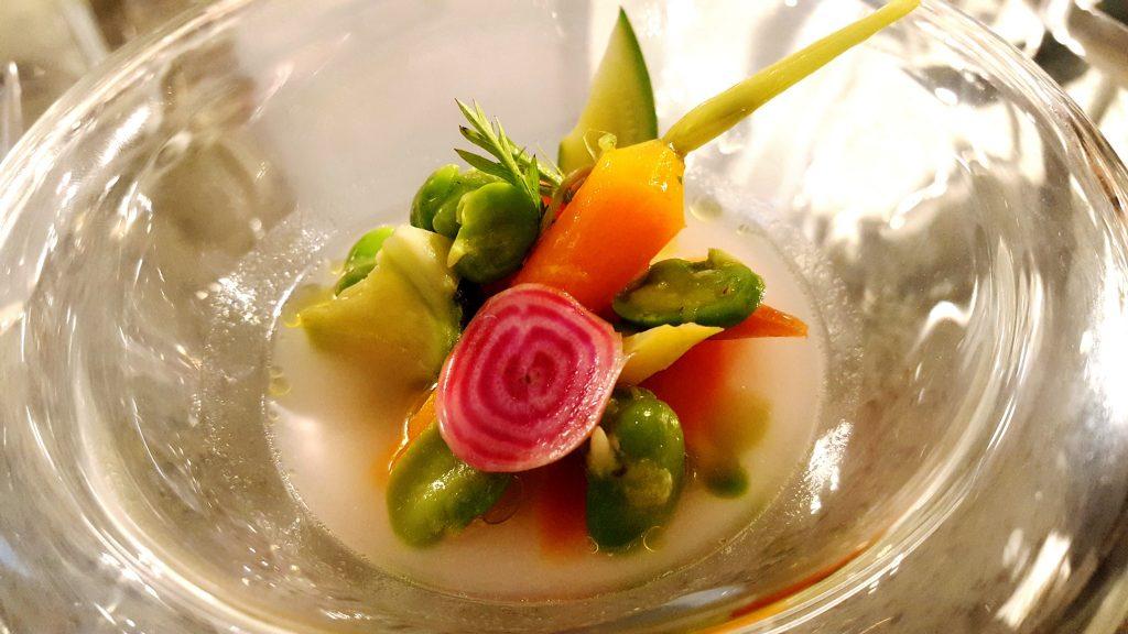 Legumes da Quinta do Poial e caldo perfumado com rosas Cécile Brunner