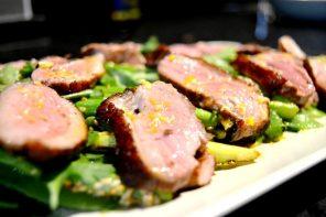 Salada de Peito de Pato com Legumes e Molho Oriental